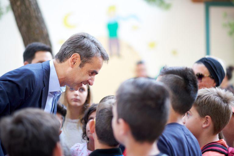 Στο Ειδικό σχολείο της Ραφήνας που υπέστη ζημιές από τη φωτιά ο Κυρ. Μητσοτάκης | tovima.gr