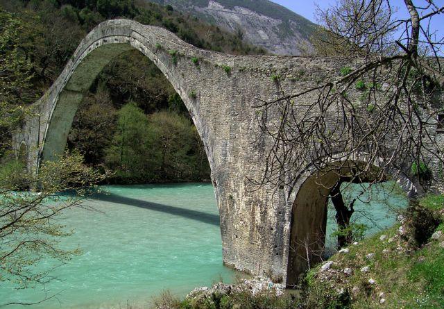 Υπογράφεται η σύμβαση για το Γεφύρι της Πλάκας | tovima.gr