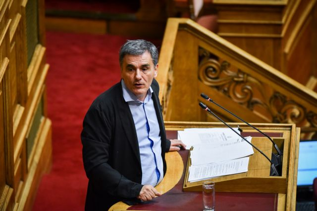 Tsakalotos sees enough fiscal space to cancel pension cuts, tax-free limit cut | tovima.gr