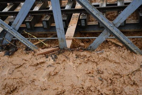Ο «Ζορμπάς» έπληξε Κορινθία και Αργολίδα – υπερχείλισαν ποτάμια, πλημμύρισαν σπίτια | tovima.gr