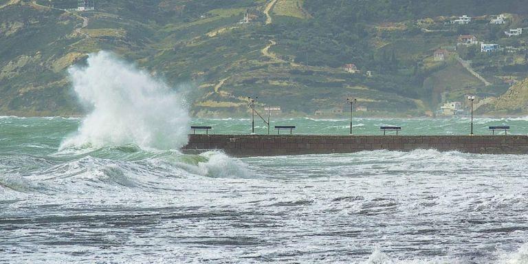 Ζημιές στο λιμάνι της Καρδαμύλης και βύθιση αλιευτικού στη Στούπα έφερε ο «Ζορμπάς» | tovima.gr