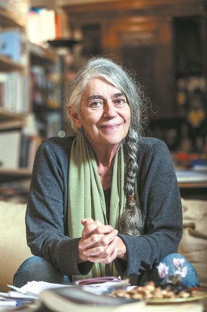 Ιωάννα Καρυστιάνη: «Γράφω για όσους υπάρχουν σαν να μην υπάρχουν» | tovima.gr