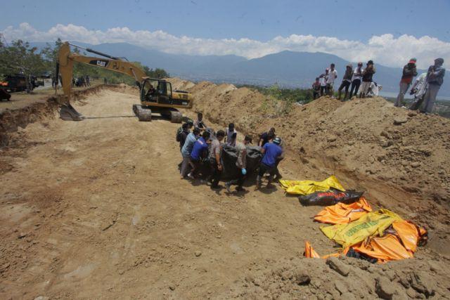 Τραγωδία στην Ινδονησία: Κοινός τάφος για τα εκατοντάδες θύματα – Απόδραση 1200 κρατουμένων | tovima.gr