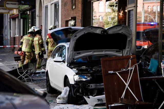 Γερμανία : Οδηγός έπεσε με ΙΧ σε καφέ του Βερολίνου – Αρκετοί τραυματίες | tovima.gr