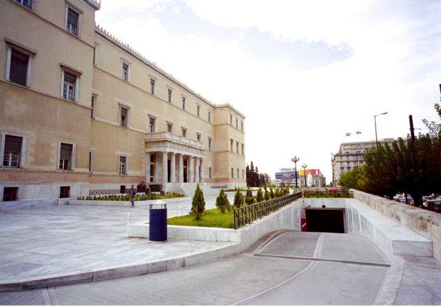 Τη βοήθεια ψυχιάτρου ζήτησε ο οδηγός που εισέβαλε στη Βουλή   tovima.gr