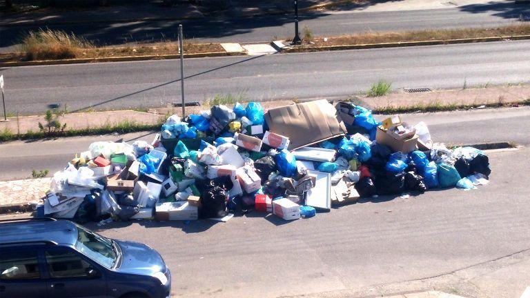 Λόφοι σκουπιδιών στην Κέρκυρα | tovima.gr