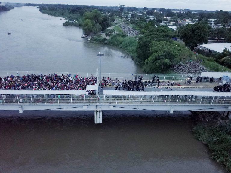 Eγκλωβισμένοι στα σύνορα του Μεξικού χιλιάδες μετανάστες | tovima.gr