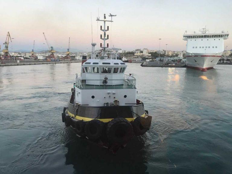 Σαντορίνη: Σε εξέλιξη η επιχείρηση αποκόλλησης του φορτηγού πλοίου «Νέαρχος» | tovima.gr