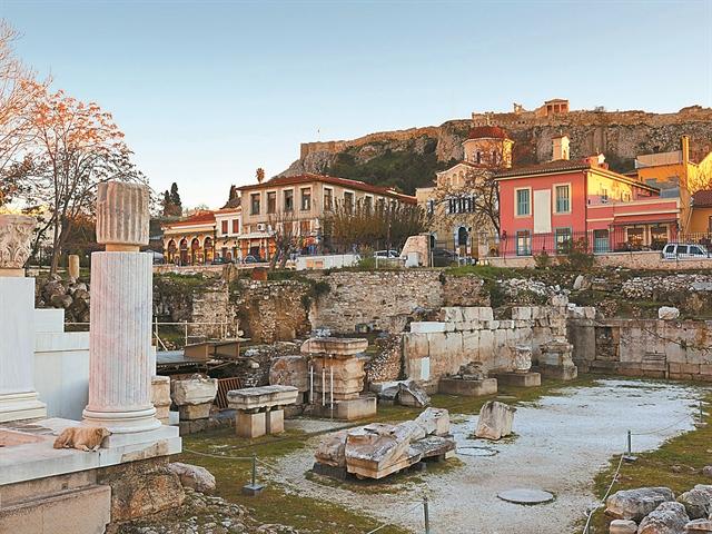 Στα «κρεμαστά» μπαρ της Αθήνας με ξεναγό την Clio | tovima.gr