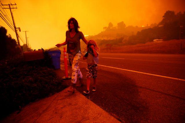 Δεκάδες σταρ εγκαταλείπουν το Μαλιμπού λόγω της μεγάλης πυρκαγιάς | tovima.gr