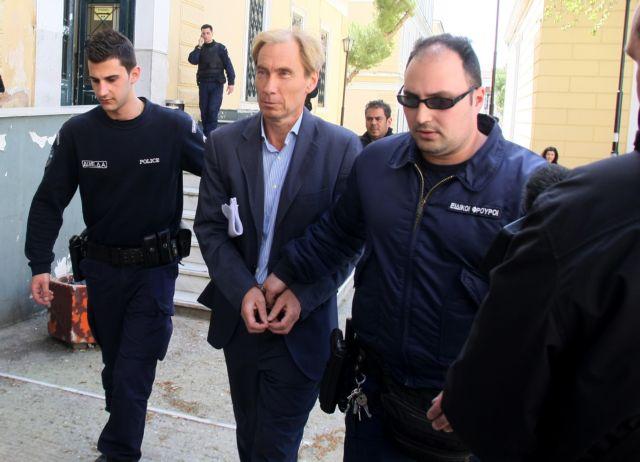 Έκοψε το «βραχιολάκι» και απέδρασε κατηγορούμενος για μίζες | tovima.gr