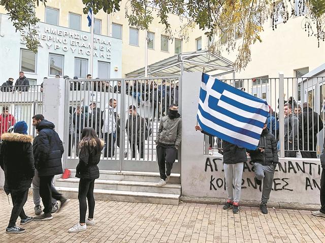 Ο κίνδυνος της διάλυσης προ των σχολικών θυρών | tovima.gr