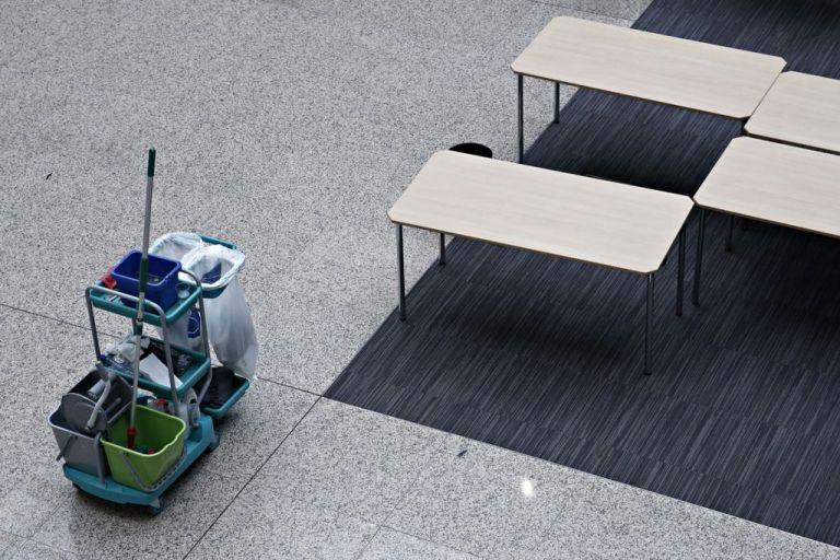 «Θα τελειώσω και το Γυμνάσιο και θα βρω δουλειά» δηλώνει η 53χρονη καθαρίστρια | tovima.gr