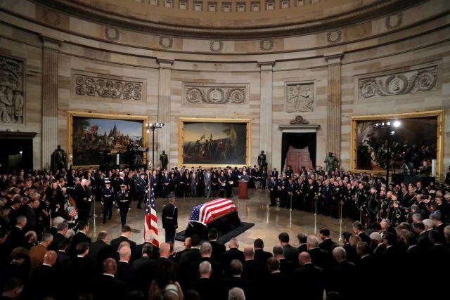 Σε λαϊκό προσκύνημα η σορός του Τζορτζ Μπους | tovima.gr