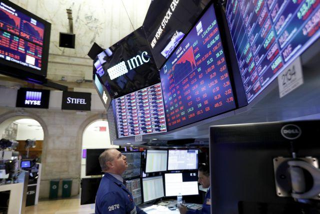 Στο κόκκινο οι αγορές – Απώλειες άνω του 2,5% για τον Dow Jones | tovima.gr