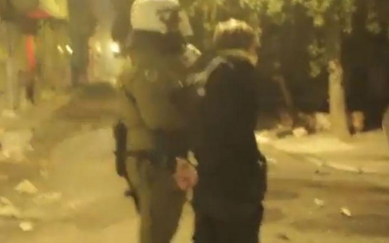 Βίντεο: Αστυνομικός χτυπά με την ασπίδα συλληφθέντα | tovima.gr