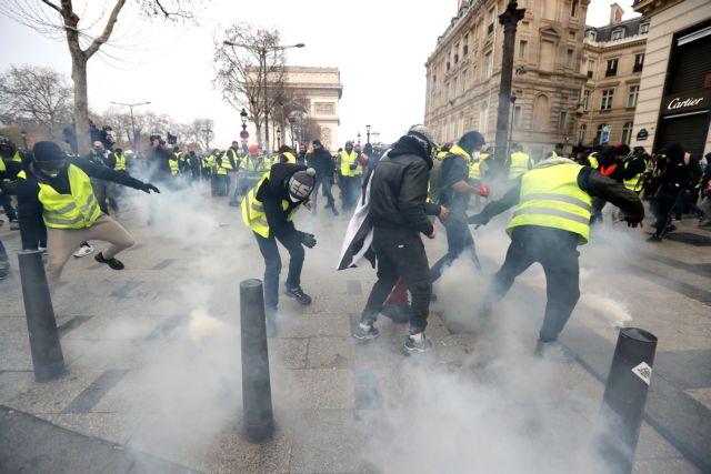 Ενταση στο Παρίσι : Επεισόδια και χημικά στη διαδήλωση των «κίτρινων γιλέκων» – Στους δρόμους τα τεθωρακισμένα | tovima.gr