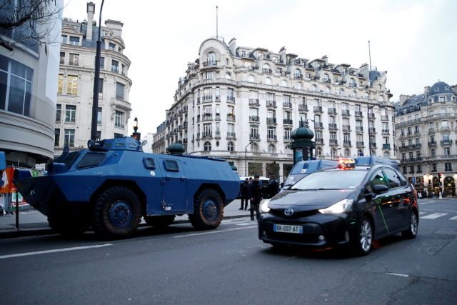 Υπό την απειλή των «κίτρινων γιλέκων» το Παρίσι : Κλειστά μαγαζιά, μνημεία, δρόμοι, μετρό | tovima.gr