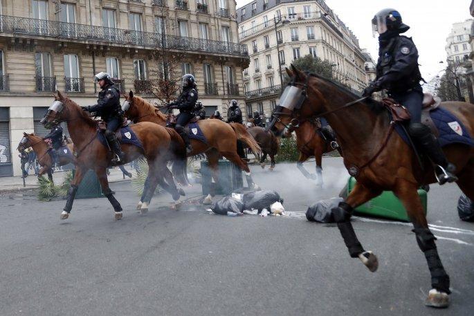 Βρυξέλλες: Στους στάβλους των αλόγων της αστυνομίας κρατήθηκαν τα «κίτρινα γιλέκα» | tovima.gr