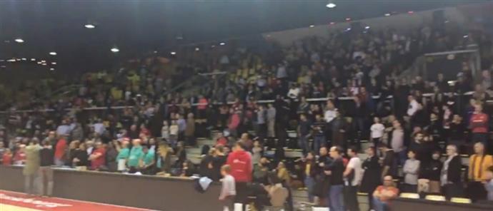 Στρασβούργο: Ένα γήπεδο φίλαθλοι αποκλείστηκαν και τραγουδούσαν τον εθνικό ύμνο | tovima.gr