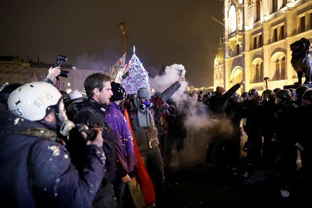 Ουγγαρία: Σφοδρές συγκρούσεις σε διαδηλώσεις κατά του νόμου Όρμπαν για εργασιακά | tovima.gr
