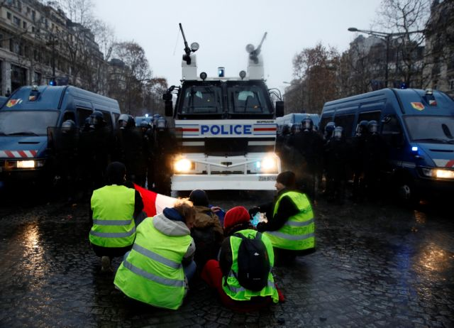 Γαλλία – «Κίτρινα γιλέκα»:  Πυρπολήθηκαν διόδια | tovima.gr