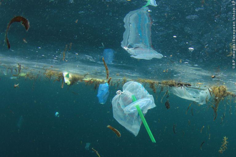 Την απαγόρευση των πλαστικών προϊόντων μιας χρήσης αποφάσισαν οι Βρυξέλλες | tovima.gr