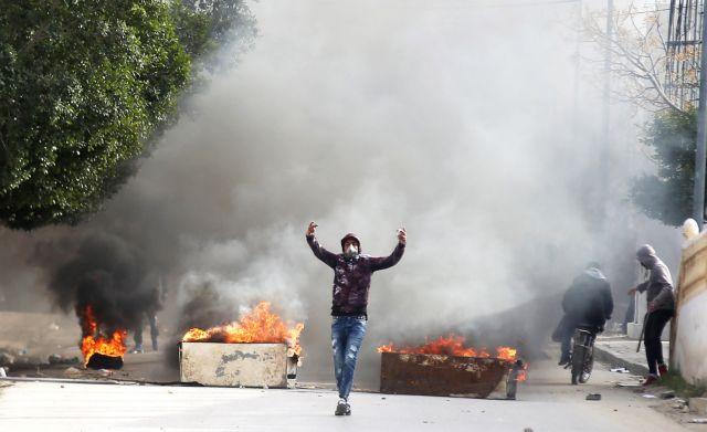 Τυνησία: Αυτοπυρπολήθηκε φωτορεπόρτερ – Επεισόδια μετά την ταφή του | tovima.gr