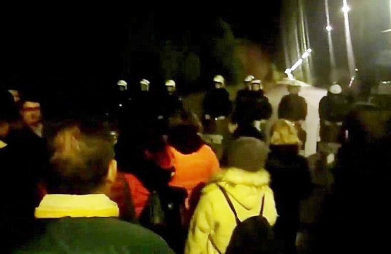 Οι Λευκιμμιώτες είπαν τα κάλαντα στα ΜΑΤ (βίντεο) | tovima.gr