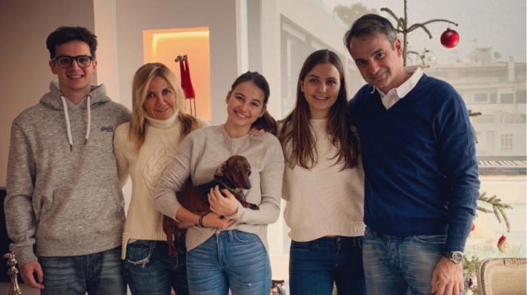 Με μια οικογενειακή φωτογραφία ευχήθηκε Χρόνια Πολλά ο Κυριάκος Μητσοτάκης | tovima.gr
