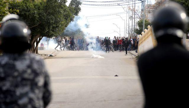 Συνεχίστηκαν για τρίτη μέρα οι ταραχές στην Τυνησία | tovima.gr