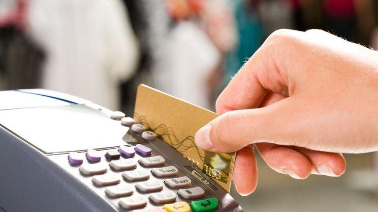 Πλαστικό χρήμα: Μείωση του ορίου χρήσης μετρητών-Αύξηση αποδείξεων με κάρτα | tovima.gr