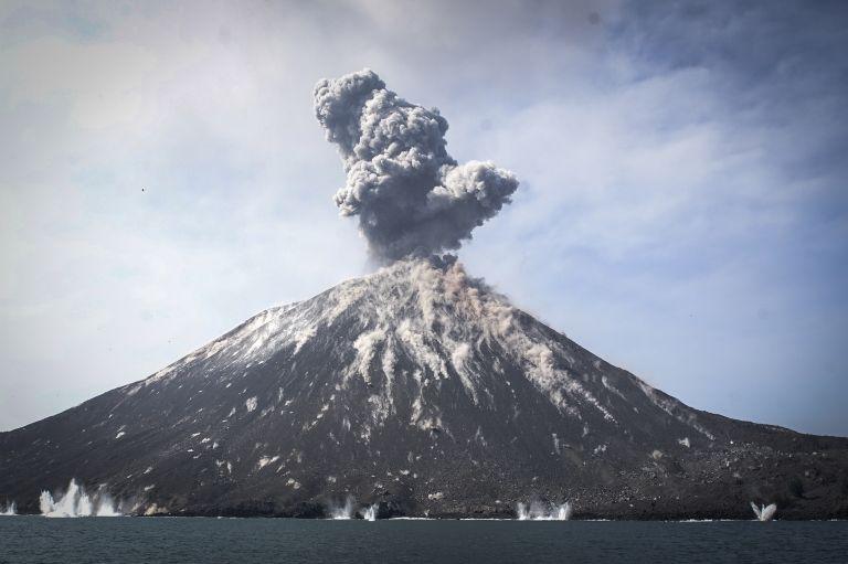 Ινδονησία: Το Κρακατόα έχασε τα δύο τρίτα του ύψους του | tovima.gr