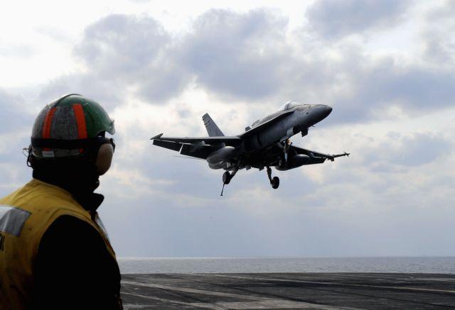 Απίστευτο βίντεο : Κεραυνός χτυπά F-18 | tovima.gr
