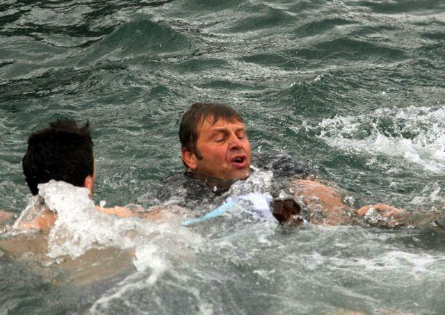Ο Γκλέτσος βούτηξε για τον Τίμιο Σταυρό και βγαίνοντας έγινε… «Τούρκος» | tovima.gr