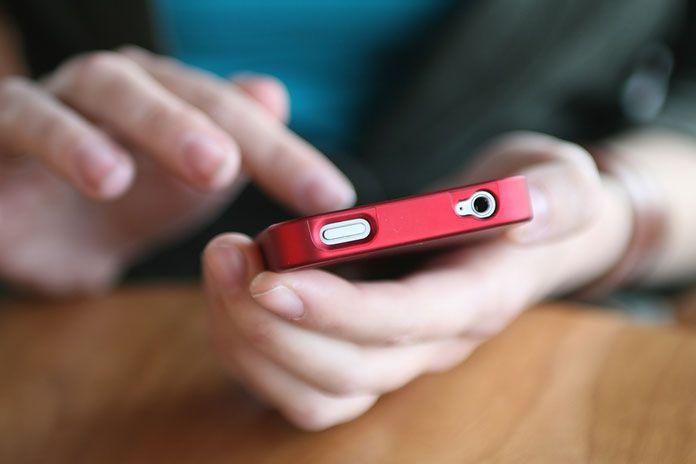 Εξερράγη κινητό στην τσέπη νεαρού μαθητή | tovima.gr