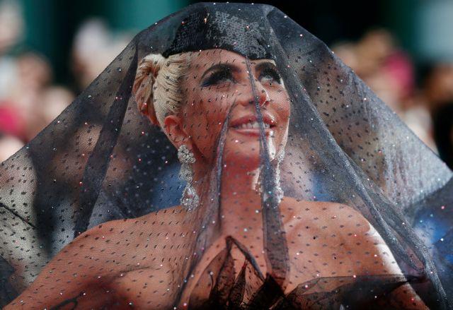 Μετάνοιωσε για τη συνεργασία της με τον Ρόμπερτ Κέλι η Lady Gaga | tovima.gr