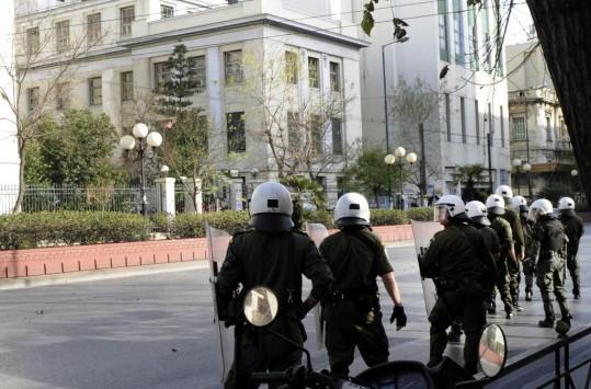 Επίθεση κατά αστυνομικών έξω από την ΑΣΟΕΕ | tovima.gr
