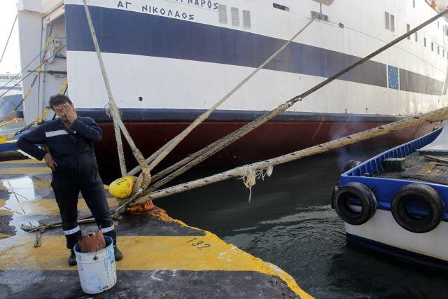 Δεμένα τα πλοία στα λιμάνια | tovima.gr