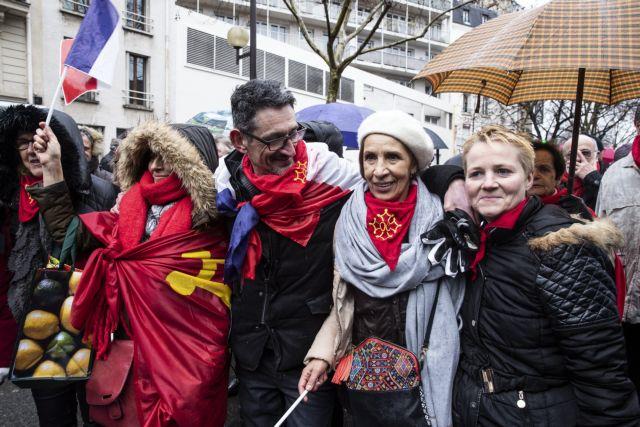 Γαλλία: Στους δρόμους τα «κόκκινα φουλάρια»   tovima.gr