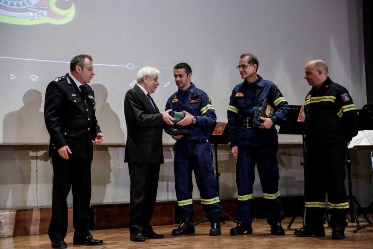Βράβευση εθελοντών πυροσβεστών από τον Πρόεδρο της Δημοκρατίας | tovima.gr