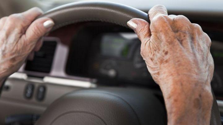 Νέα παράταση στις άδειες οδήγησης για τους άνω των 74 ετών | tovima.gr