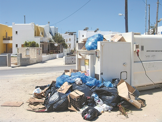 Νησιά πνιγμένα στα σκουπίδια | tovima.gr