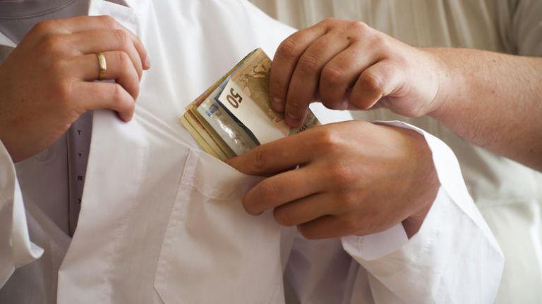 Συνελήφθη γιατρός που ζητούσε «φακελάκια» από καρκινοπαθή | tovima.gr