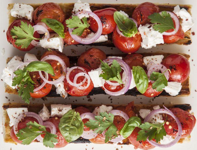 Μπαγκέτα με φέτα και τοματίνια | tovima.gr