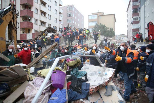 Κωνσταντινούπολη: Η στιγμή της κατάρρευσης του κτιρίου (video) | tovima.gr