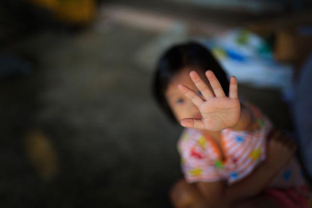 Σοκάρει η συστηματική κακοποίηση παιδιού 21 μηνών από τη μητέρα του   tovima.gr