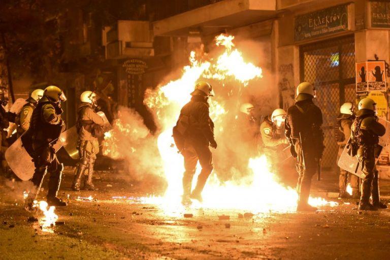 Εξάρχεια: Μπαράζ επιθέσεων σε αστυνομικούς – Μία σύλληψη | tovima.gr