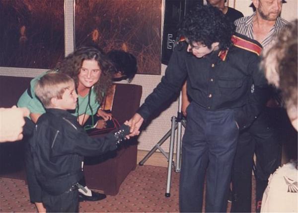 Μάικλ Τζάκσον: Στο φως φωτογραφίες με το αγόρι που τον κατηγορεί για σεξουαλική κακοποίηση | tovima.gr