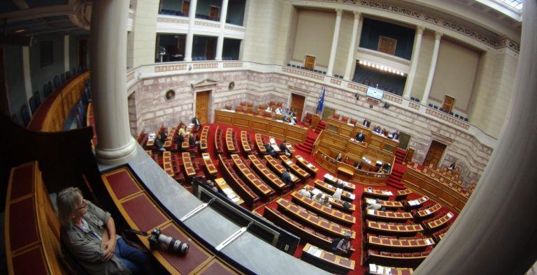 Βουλή: «Καυγάς» ΚΙΝΑΛ-ΝΔ με αφορμή το νομοσχέδιο για τον εταιρικό μετασχηματισμό | tovima.gr